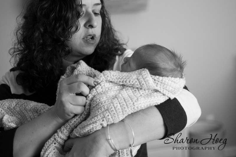 mom quieting baby, South Lyon Family Photographer